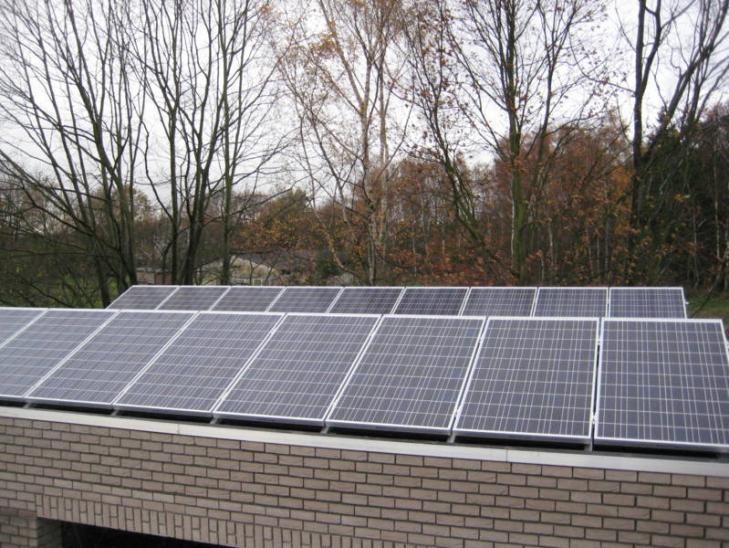 Zonnepanelen op plat dak Geel