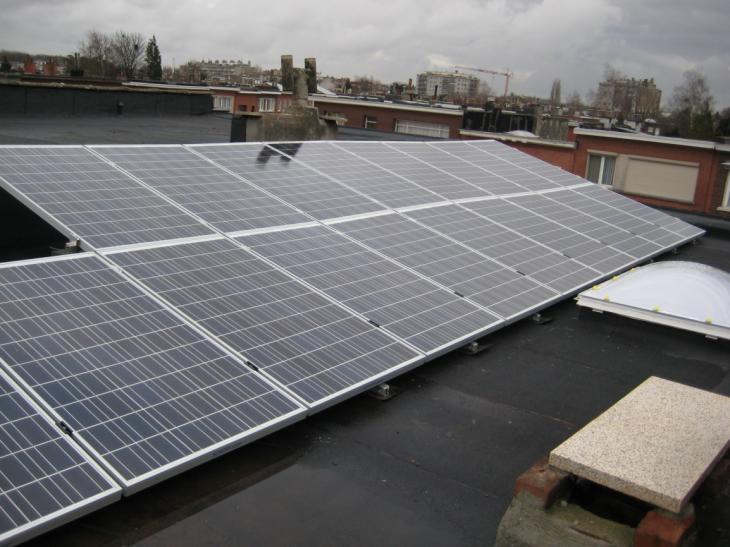 Zonnepanelen op plat dak Deurne