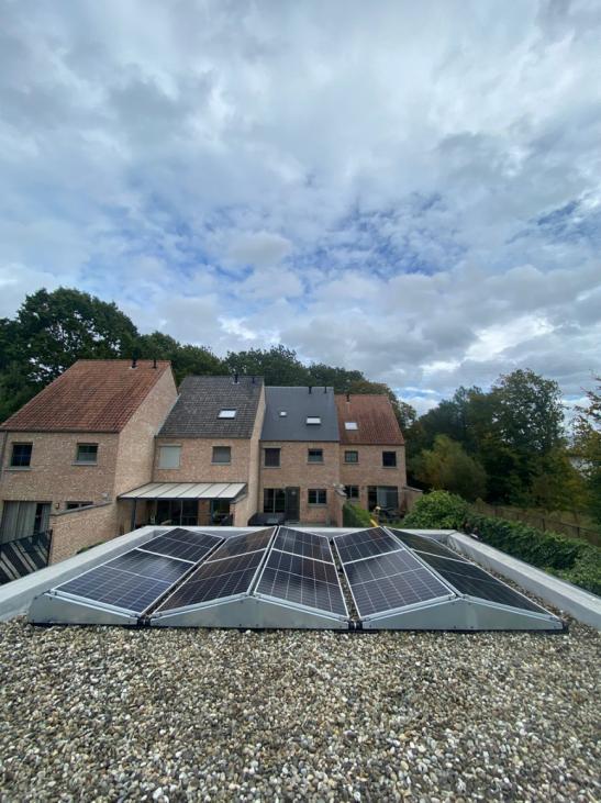 Zonnepanelen op plat dak in Mol