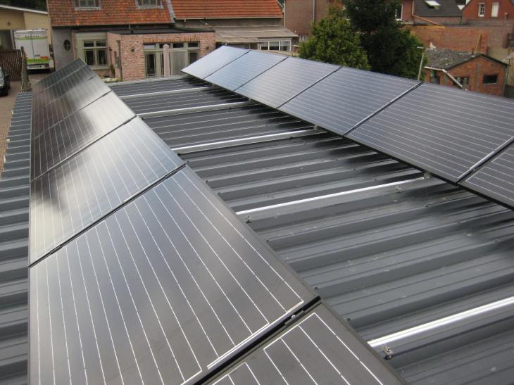 Zonnepanelen op plat dak Beerse