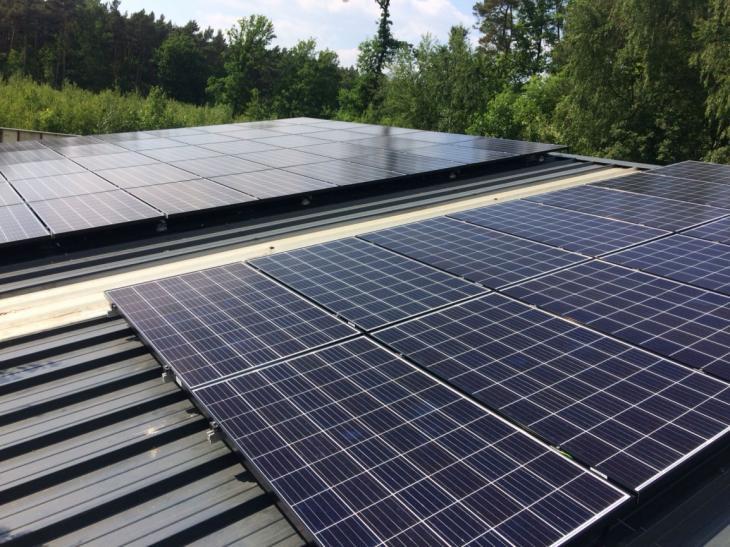 Zonnepanelen op profielplaten dak te Westerlo