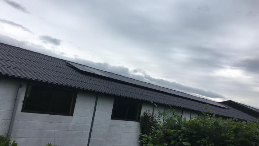 Zonnepanelen op golfplaten dak Laakdal