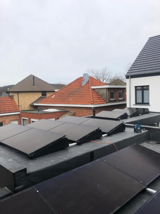 Zonnepanelen op plat dak te lovenjoel