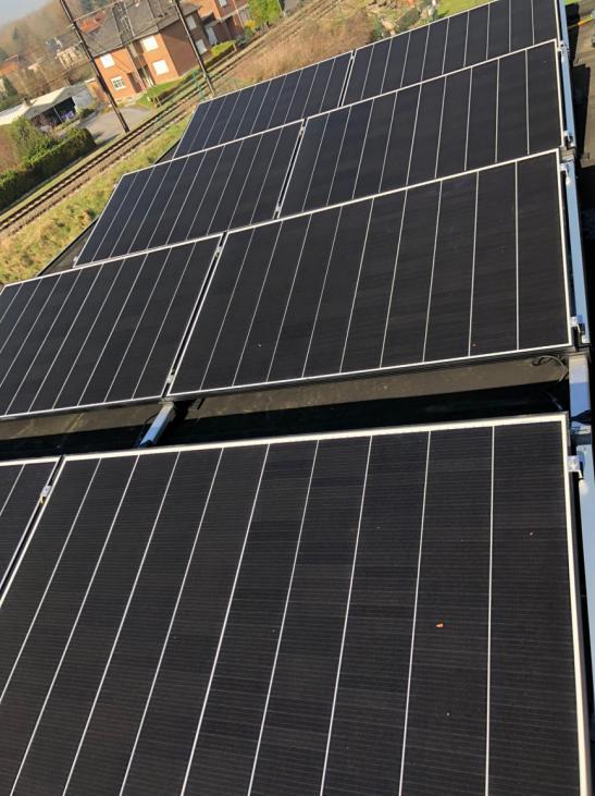 Zonnepanelen op plat dak te Sint-Joris-Weert