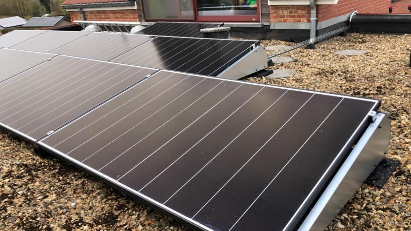 Zonnepanelen op plat dak te Halle-Booienhoven