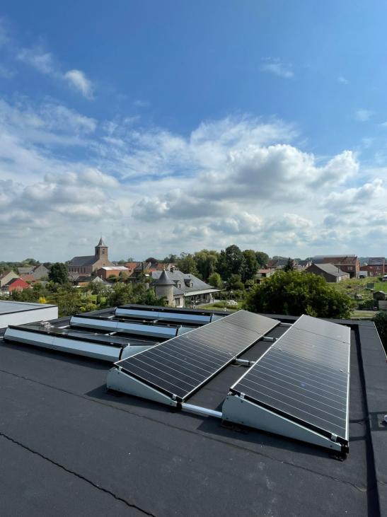 Zonnepanelen op plat dak in Bever